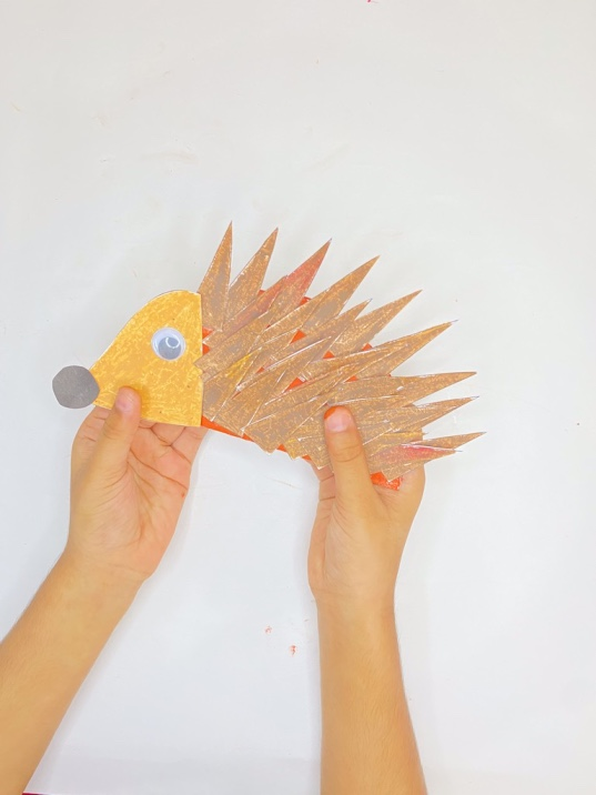 Fall paper plate hedgehog craft for kids (with free printable template)